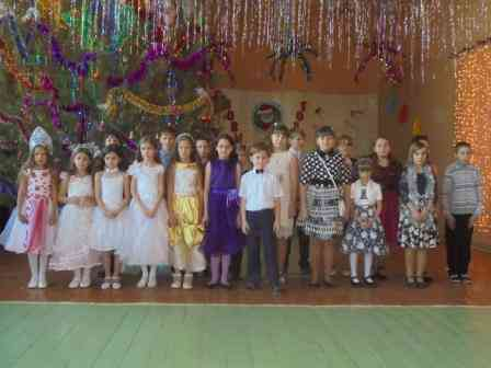 Участники кружка Весёлые нотки. песня Новый год бредёт по большой планете