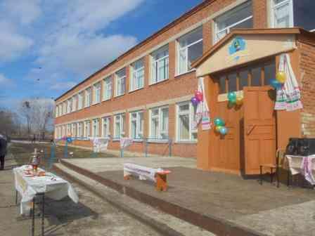 Школа принарядилась к празднику.