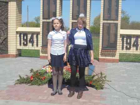 Поют Акдодова Алина и Кондакова Алёна
